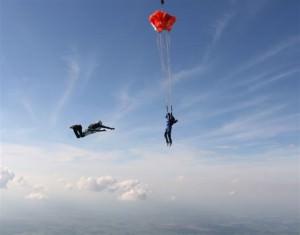 Pessoa em curso de paraquedismo na Sky Company