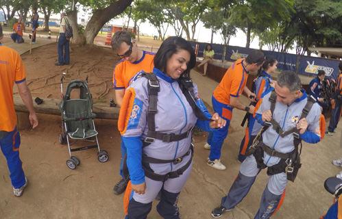 Preparação de aluna para Salto Duplo de Paraquedas na Sky Company