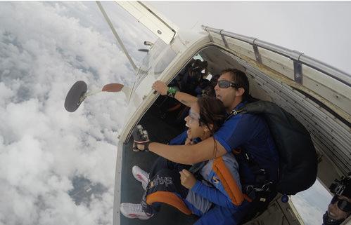 Aluna prestes a realizar o salto duplo de paraquedas