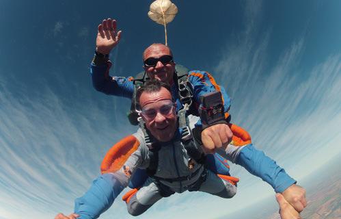 Momento que o professor abre o paraquedas durante o salto duplo