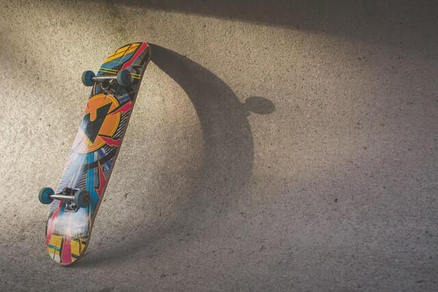 Skate encostado na rampa