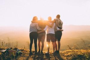 Quatro amigos se abraçando