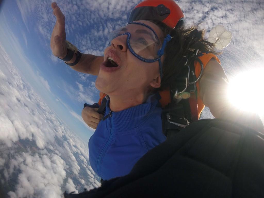 Mulher saltando pela primeira vez de paraquedas