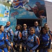 Amigos juntos para saltar de paraquedas