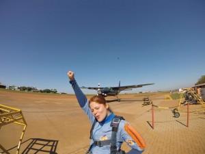 Mulher jovem no Centro Nacional de Paraquedismo