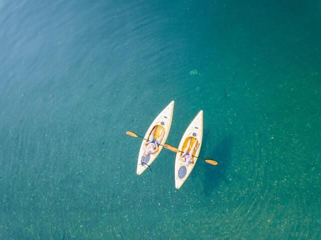Dois caiaques em alto mar