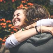 Abraço entre um homem e uma mulher