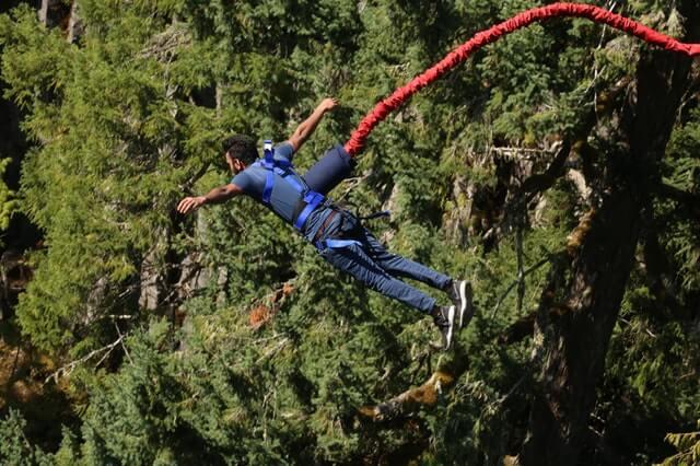 Homem saltando de bungee jump