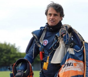 A imagem mostra o instrutor e atleta do paraquedismo Marcelo