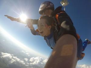 Mulher saltando de paraquedas em Boituva