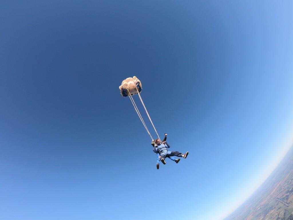 Paraquedas no ar