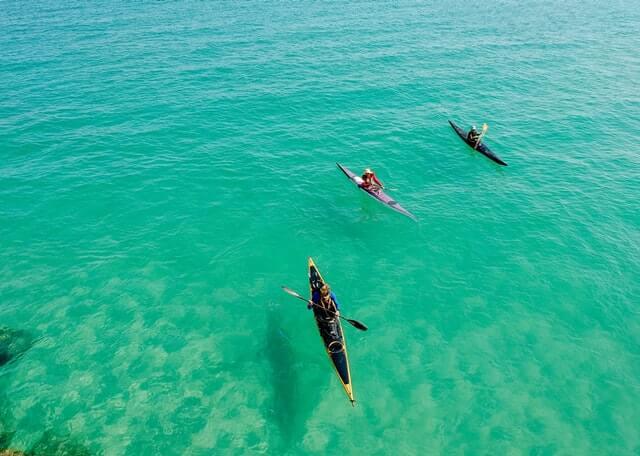 Pessoas em caiaque no mar