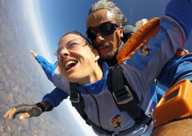 Mulher saltando de paraquedas com instrutor Marcelo