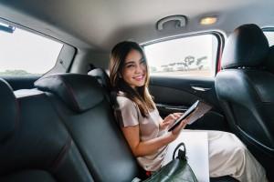 Mulher sentada no banco de trás do carro