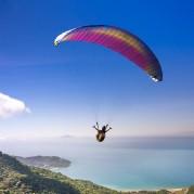 Pessoa em salto de paraquedas