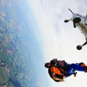 Atleta saltando no Dia do Paraquedista