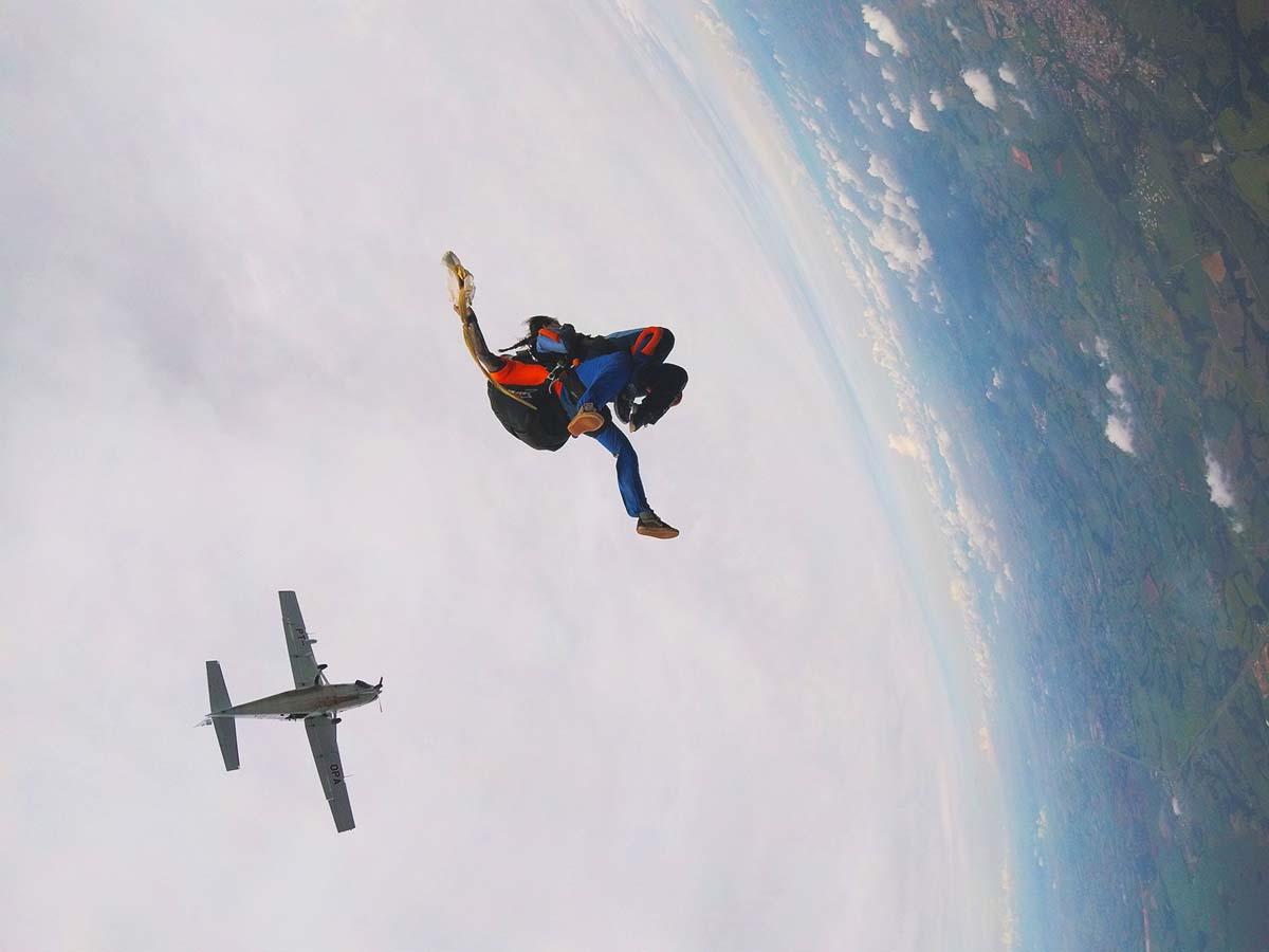 Contato com a natureza: os benefícios do salto de paraquedas