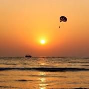Paraquedista no pôr do sol