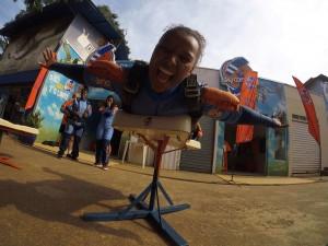 Mulher fazendo treinamento para saltar