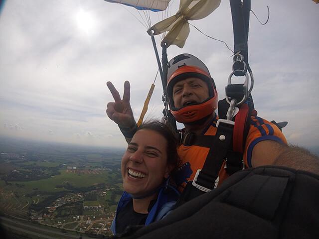 Paraquedista em salto