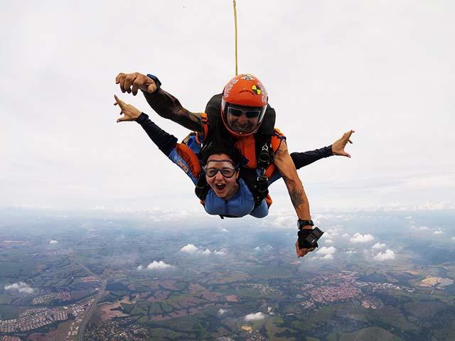 Pessoas saltando de paraquedas