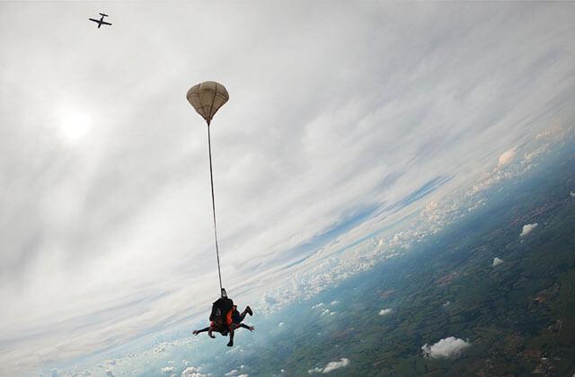 Dia do Paraquedista e salto de paraquedas