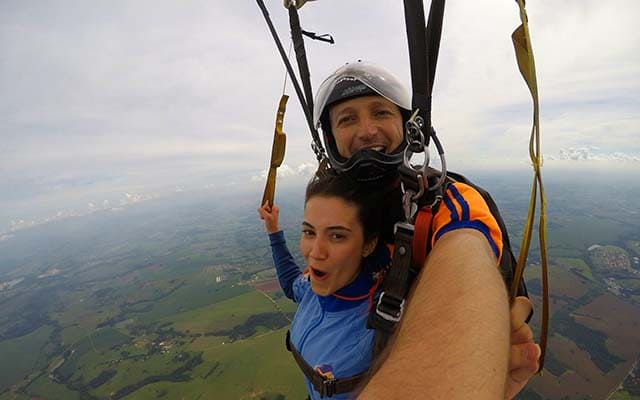 Salto de paraquedas nas férias