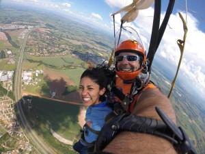 Mulher saltando de paraquedas