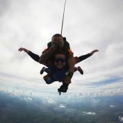 Atleta do paraquedismo saltando nas férias