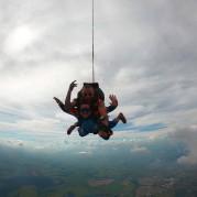 Pessoal saltando de paraquedas