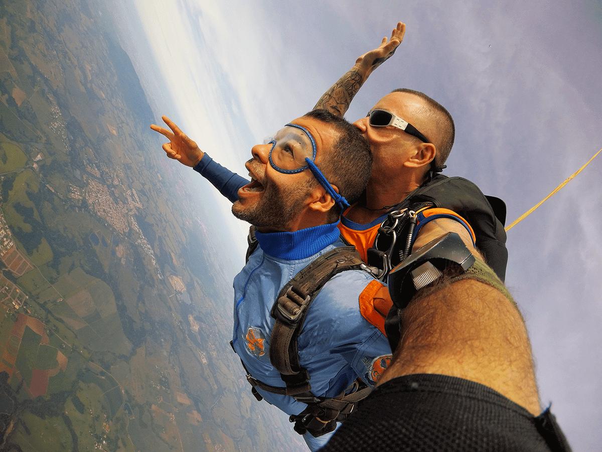 Salto de paraquedas diferente, pule de um balão 