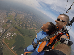 Saiba como é saltar de paraquedas