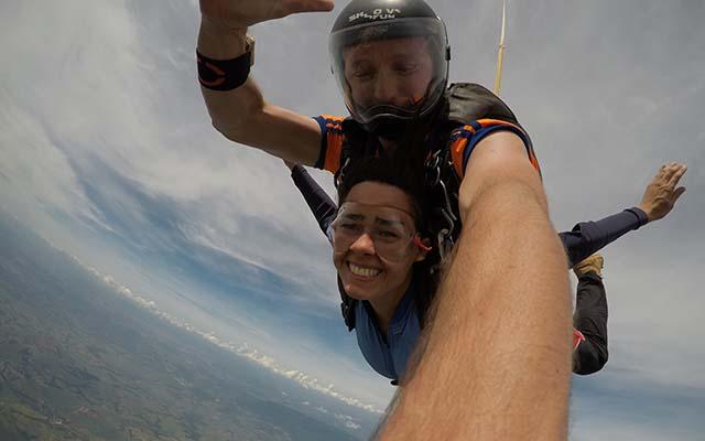 Sensação de como é saltar de paraquedas