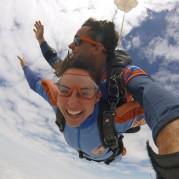 mulher saltando de paraquedas esporte radical