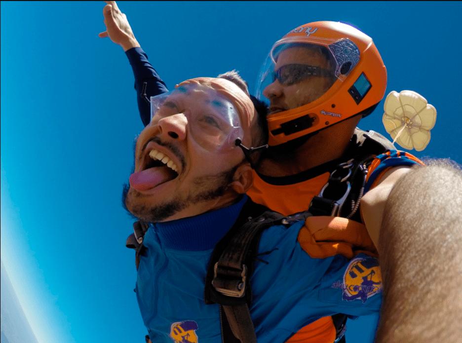 Aprender a saltar sozinho de paraquedas é possível! Conheça as possibilidades