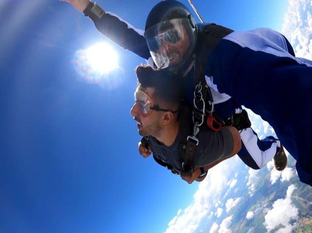 Qual a altura média de um salto de paraquedas?