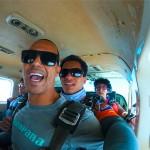 Cliente animado ao saltar de paraquedas ao lado de instrutor na sky company