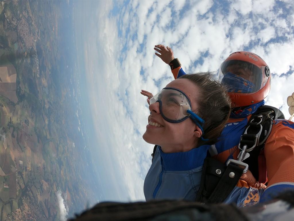 cliente pulando de paraquedas com autoconfiança